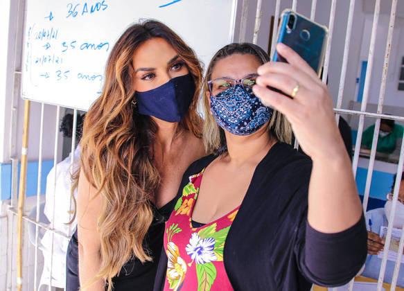 Reconhecida pelos fãs, Nicole tirou selfies enquanto aguardava sua vez de ser vacinada