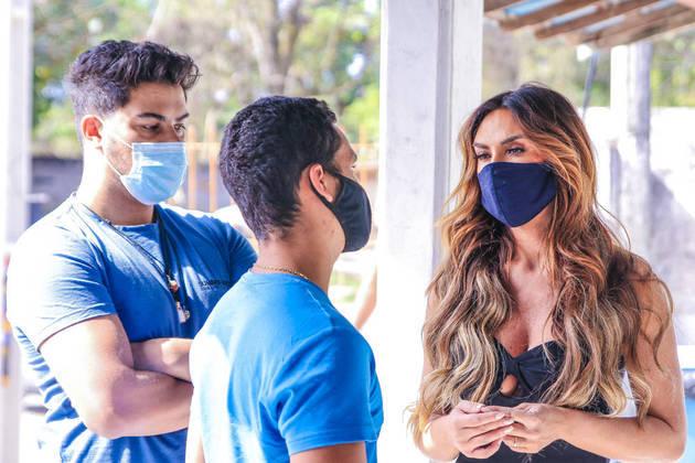 Na fila do posto de saúde, ela conversou com outras pessoas que esperavam para receber o imunizante contra a covid-19