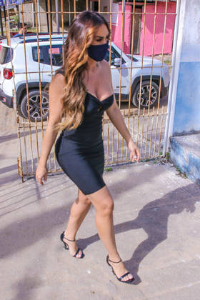Nicole chegou ao posto de saúde emItaboraí, no interior do Rio de Janeiro, usando um vestido preto justinho e salto alto