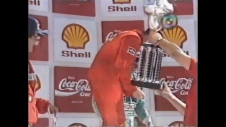 Nigel Mansell abriu a mão ao tentar levantar o troféu de vencedor do GP do Brasil de 1989. Mesmo com o sangue escorrendo, seguiu participando da festa.