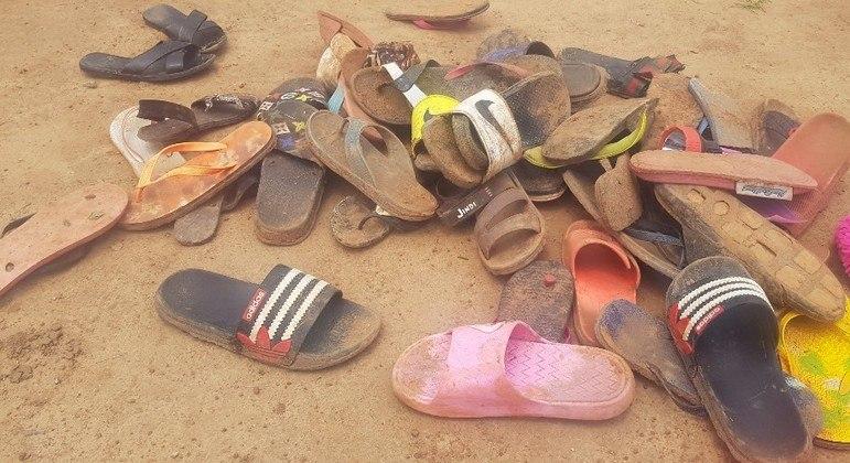 Chinelos usados pelos estudantes ficaram jogados pelo chão do alojamento