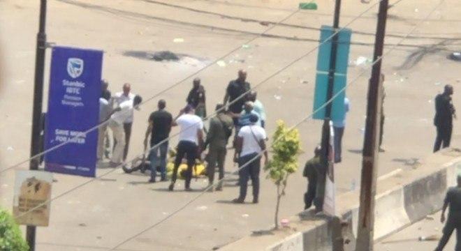 Homens armados cercam corpos de manifestantes em Lagos, na Nigéria