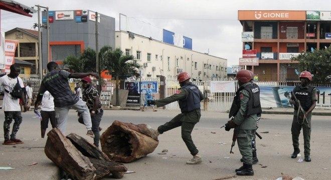 Policial chuta barricada em Ikeja, perto de Lagos, na Nigéria