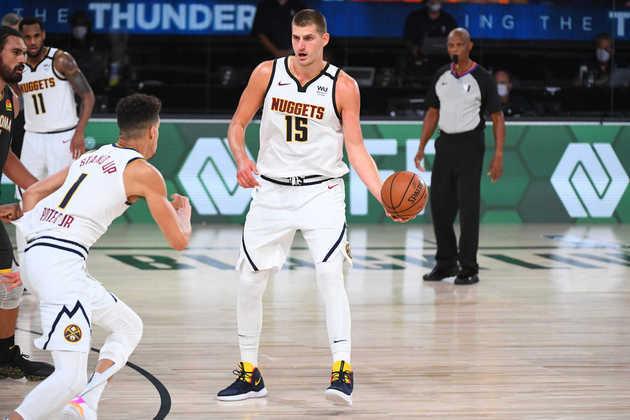 Nikola Jokic – O astro sérvio é a grande referência do Nuggets. Mais do que isso, para muitos analistas, trata-se do melhor pivô passador que o basquete já viu. Ele anotou 26.3 pontos, 8.1 rebotes e 5.4 assistências, com quase 48% de aproveitamento nos arremessos de longa distância, nos playoffs.