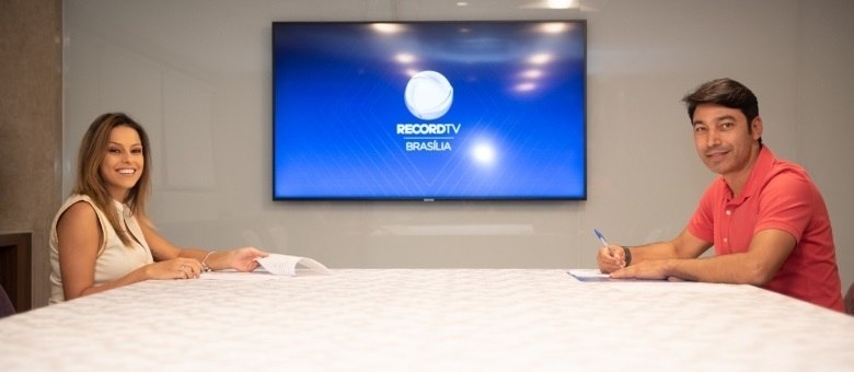 Na foto, Nikole Lima aparece com Luciano Ribeiro Neto, diretor-geral da Record TV Brasília