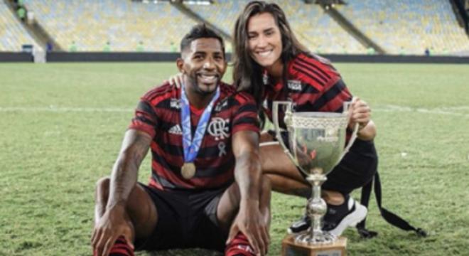 Nina Ache namora o lateral Rodinei, do Flamengo