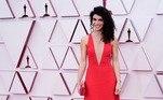 Já Nina Pedrad, vencedora na categoria de melhor roteiro adaptado por Borat 2, chamou atenção em um vermelhão decotado acompanhado de uma clutch Jimmy Choo