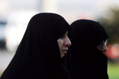 No país, as mulheres precisam usar o niqab