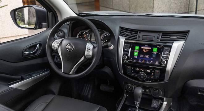 Interior da Nissan Frontier LE tem multimídia, acabamento que imita aço escovado e câmbio AT6