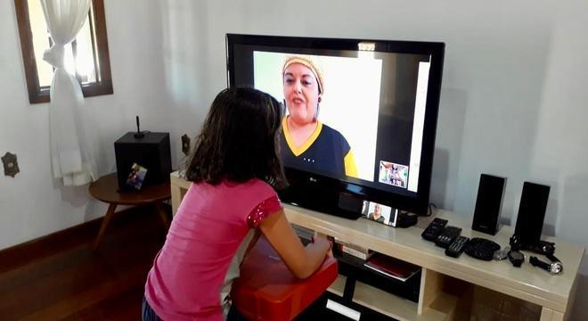 Criança participa de recreação on-line com a empresária Nívea Sutter