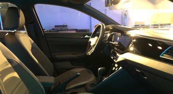 Na dianteira se nota a mesma simplicidade do painel do Polo e a velha alavanca de freio