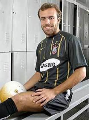 No ano de 2006, o Corinthians lançou uma camisa alternativa de cor preta com listas douradas. Em sua história, o Timão ainda lançou outras camisas alternativas