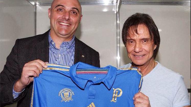 No ano de 2015, foi a vez do cantor ser reverenciado por outro time do qual se diz torcedor: o Palmeiras. Após RC ter feito seu show de aniversário no Allianz Parque, o então mandatário alviverde, MAURICIO GALIOTTE, entregou ao cantor uma camisa azul do clube. Além disto, Roberto recebeu um título de sócio Avanti.