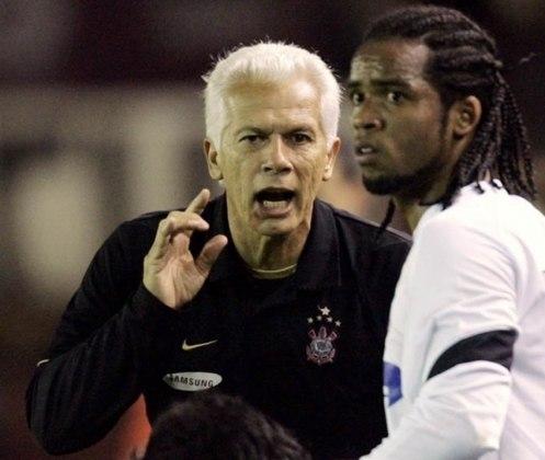 No ano seguinte, 2006, durante a derrota do Corinthians para o Lanús, pela Copa Sul-Americana, o meia Carlos Alberto discutiu com o treinador Emerson Leão, após ser substituído. No dia seguinte, o jogador foi afastado pela direção do clube.