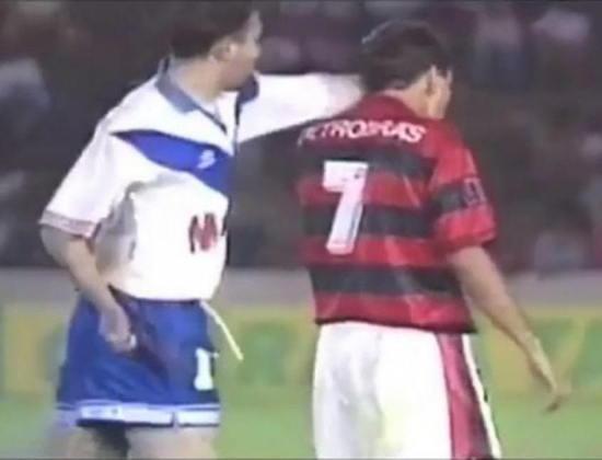 No ano seguinte, quando era jogador do Flamengo, agrediu um jogador do Vélez, que revidou, na Supercopa da Libertadores.