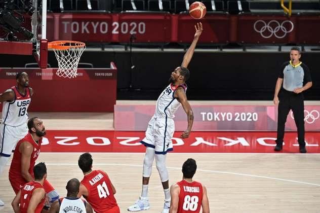 No basquete masculino, os Estados Unidos se recuperaram da derrota para a França na estreia e atropelaram o Irã por 120 a 66. O time comandado por Gregg Popovich conseguiu acertar 20 bolas de três pontos e teve como destaques o armador Damian Lillard com 21 pontos e o ala-armador Devin Booker com 16.
