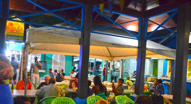 No centro do mercado as mesas são compartilhadas.