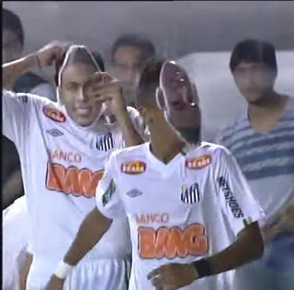 """No dia seguinte ao anúncio oficial do novo treinador, Muricy Ramalho, recém-campeão brasileiro pelo Fluminense, à época, o Santos conquistou a sua primeira vitória na Libertadores de 2011, com o professor nas tribunas da Vila Belmiro. Após não vencer no primeiro turno da fase de grupos, empatando contra Deportivo Táchira-VEN e Cerro Porteño-PAR e perdendo para o Colo-Colo-CHI, o Alvinegro Praiano não tomou conhecimentos dos chilenos em casa e abriu 3 a 0, sendo o terceiro gol marcado pela """"máscara do Neymar"""". O atacante marcou um golaço, deixando cinco defensores para trás, um deles com um balãozinho, e encobrindo o goleiro Castillo. No entanto, na comemoração, o camisa 11 utilizou uma máscara com o seu rosto, que havia sido distribuído à torcida no dia. Contudo, a utilização do artefato fere as regras e Neymar recebeu um cartão amarelo. Como já tinha tomado um anteriormente, acabou expulso. Além dele, Elano e Zé Love, dois titulares importantes naquela conquista, também receberam cartões vermelhos, e desfalcaram o Santos no jogo seguinte. O Colo-Colo ainda encostou no placar, diminuindo a diferença para 3 a 2, placar final."""