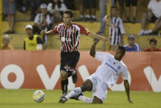 NO ELENCO, MAS FORA DOS TÍTULOS - Hernanes tornou-se profissional em 2005, mas não participou de nenhum dos três títulos do São Paulo na temporada. Ele disputou apenas o Brasileirão e a Sul-Americana, acumulando 17 jogos e três belos gols (contra Flamengo, Santos e Coritiba). O então garoto nutria a expectativa de ir ao Mundial, mas não entrou na lista.