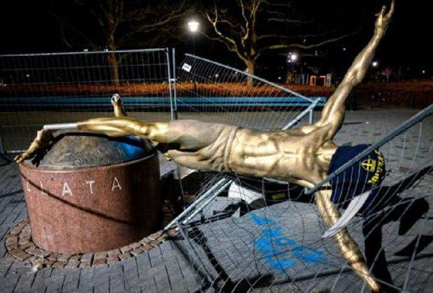 No entanto, a estátua foi vandalizada. Isso ocorreu pois ele tinha se tornado sócio do Hammarby, rival do Malmo, clube que projetou Ibra para o cenário mundial. Enfurecidos com a ação de Zlatan, os torcedores do Malmo depredaram o monumento