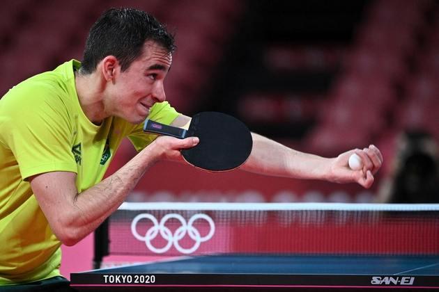 """No entanto, mesmo com a vantagem, Calderano tomou a virada e acabou sendo eliminado da Olimpíada. Cléber Machado, que narrou o jogo, foi um dos responsáveis pela """"zicada"""". """"Já pensou ganhar de 4x0 do medalhista olímpico?"""