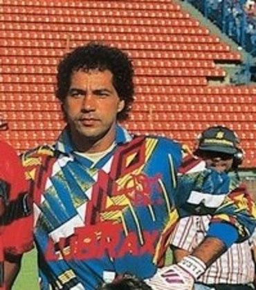 No Flamengo, o goleiro Paulo César utilizou essa camisa cheia de cores e formas em 1995
