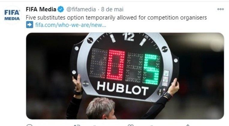 No futebol, a Fifa decidiu que temporariamente o máximo de substituições por equipe aumente de três para cinco trocas