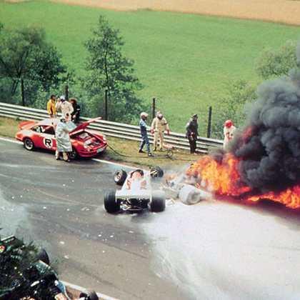 No GP da Alemanha de 1976, a Ferrari de Niki Lauda pegou fogo após uma forte batida. Mesmo com queimaduras, o austríaco voltou a competir e levou dois títulos.