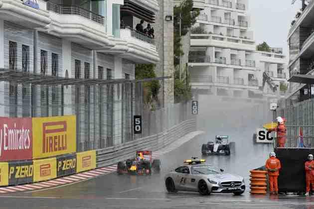 No GP de Mônaco de 2016, o Mercedes pilotado por Bernd Maylander também entrou na pista