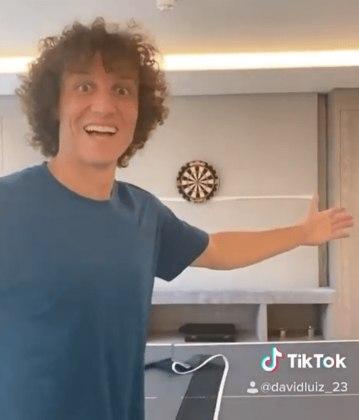 No Instagram ou no TikTok, o zagueiro David Luiz, do Arsenal, também é bastante presente e arranca risada dos seguidores.