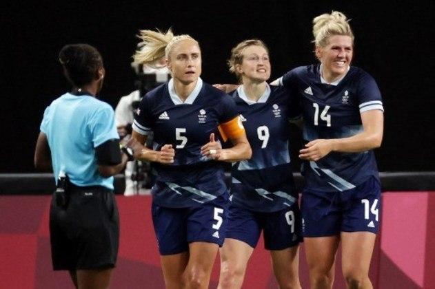 No jogo que abriu o futebol feminino nos Jogos Olímpicos de Tóquio, a Grã-Bretanha venceu o Chile por 2 a 0, pelo Grupo E. A atacante inglesa Ellen White, do Manchester City, marcou os dois gols da equipe britânica.