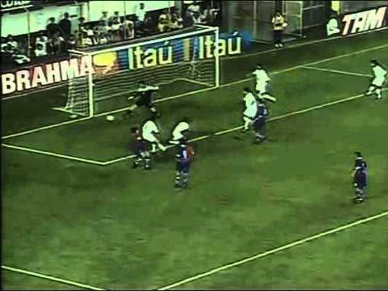 No jogo seguinte a sua estreia como profissional, pela sexta rodada do Campeonato Brasileiro de 2002, fez a sua estreia na Vila Belmiro, em jogo que o Santos venceu o Paraná por 2 a 1, em casa.