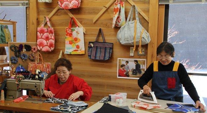 No Kurukuru Craft Center, artesãs produzem bolsas e outros itens a partir de matéria-prima reciclada Modelo Yokohama