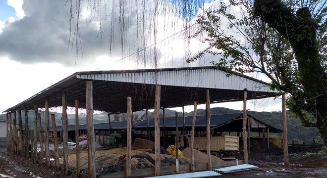 No local, foram apreendidas 15 toneladas de telhas aluzinco Crédito: Polícia Civil / Divulgação / CP