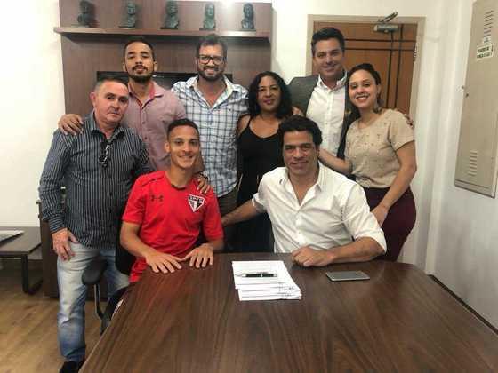 No mesmo dia da promoção, assinou sua primeira renovação após chegar ao profissional: o contrato, que venceria em dezembro de 2020, foi ampliado até setembro de 2023.