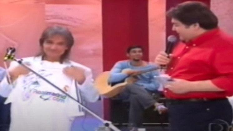 No mesmo programa, o lateral ROBERTO CARLOS entregou ao seu xará uma camisa número 3 do Real Madrid. O cantor ficou extremamente emocionado.