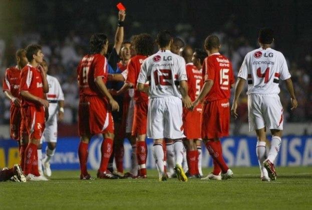 No Morumbi, as duas equipes protagonizaram uma partida eletrizante, e o gol de Alecsandro na derrota dos gáuchos por 2 a 1 fez a equipe eliminar os paulistas. Na final, o Inter venceu o Chivas,
