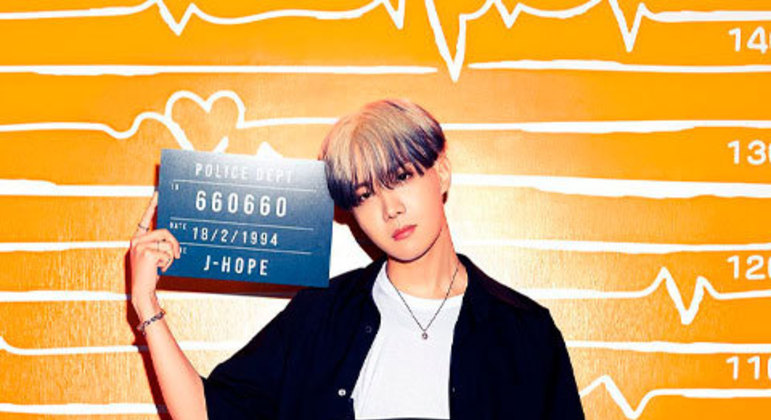 No primeiro aniversário pós-debut do J-Hope, os outros integrantes fizeram uma surpresa para ele com um vídeo de sua família mandando parabéns, o que o deixou bastante emocionado.