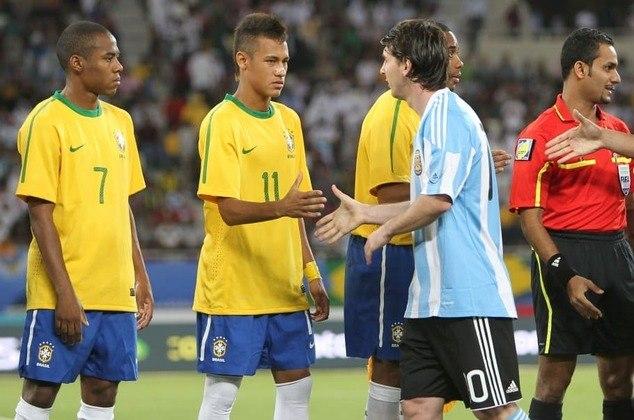 No primeiro confronto entre os craques, Neymar, à época no Santos, foi substituído no segundo tempo, enquanto Messi fez o gol do jogo