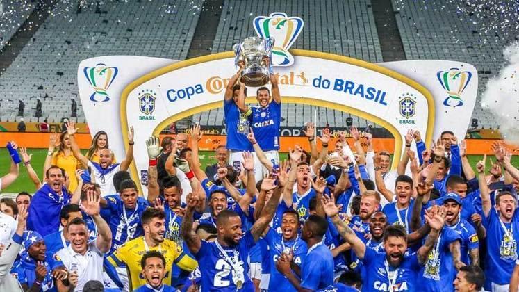 No próximo domingo (7), Palmeiras e Grêmio decidem a edição de 2020 da Copa do Brasil. O Alviverde saiu na frente na primeira partida e agora carrega a vantagem do 1 a 0 feito em Porto Alegre. As duas equipes lutam para conquistar o troféu e subir de posição na lista de títulos do torneio. O LANCE! montou um ranking com os maiores campeões da história da Copa do Brasil, por ordem de títulos. Confira!