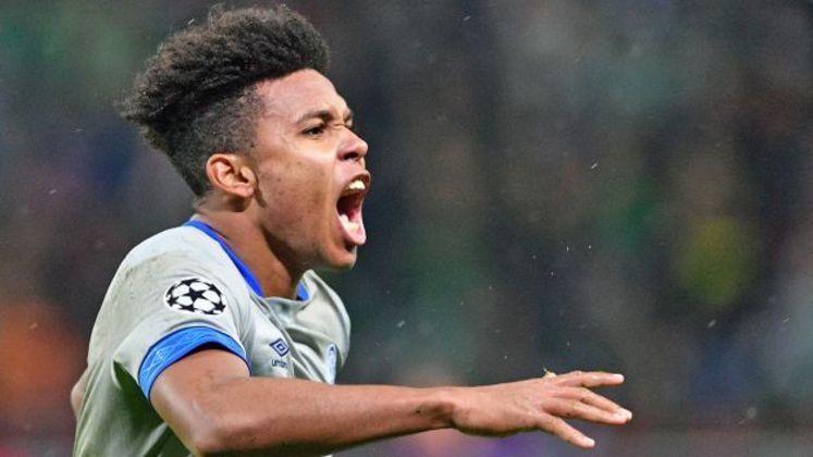 No sábado, durante o jogo entre Schalke 04 e Werder Bremen, o meia Weston McKennie usou uma faixa em seu braço esquerdo com a inscrição
