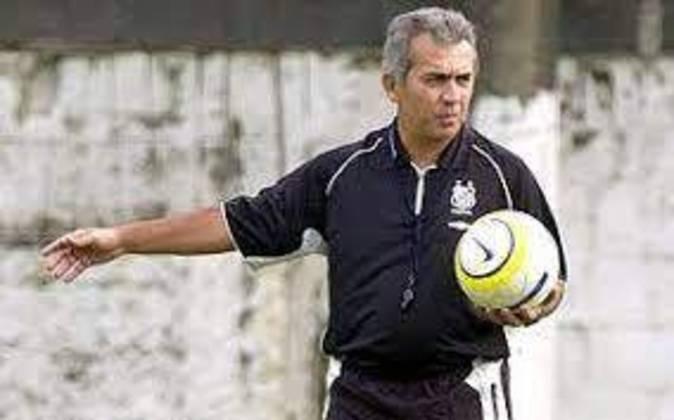 No Santos, Nelsinho dirigiu o time em 2005, e ficou conhecido por ser o treinador da equipe na goleada por 7 a 1 sofrida para o Corinthians. Forma somente 13 jogos.
