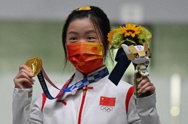 No tiro esportivo, a chinesa Yan Qian conquistou a primeira medalha de ouro dos Jogos Olímpicos de Tóquio. A atleta da China venceu na categoria carabina de ar de 10m. Além disso, ela também bateu o recorde da prova, com 251.8 pontos. A russa Anastasia Galashina ficou com a prata e a suíça Nina Christen ficou com bronze e fechou o pódio.