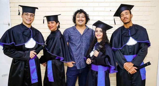 Professor Nobu Kahi com seus alunos formandos da turma do EJA