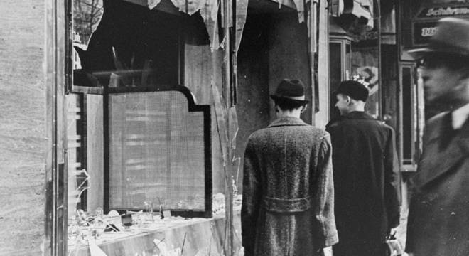 Na Noite dos Cristais, em 1938, sinagogas, lojas e casas de judeus foram atacadas