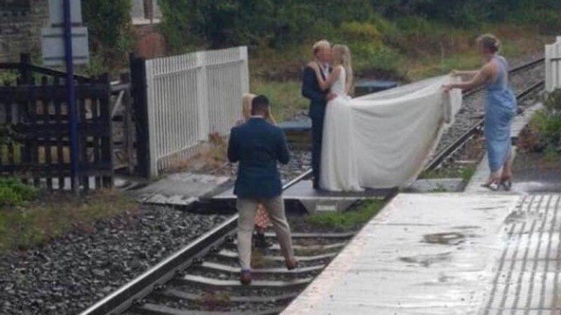 Noiva resolveu fazer ensaio fotográfico nos trillhos do trem