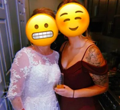 O vestido causou confusão entre os convidados, que acharam que a mãe era a noiva