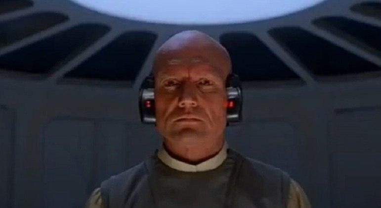 Nome do personagem: Lobot - Filme: O Império Contra-Ataca (1980) - Ajudante de Lando Calrissian na administração de Bespin, foi modificado artificialmente com partes robóticas.