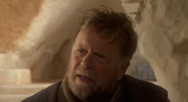 Nome do personagem: Owen Lars - Filmes: Ataque Dos Clones e Uma Nova Esperança - Meio irmão de Anakin Skywalker, criou o sobrinho Luke até ser morto pelas tropas imperiais.