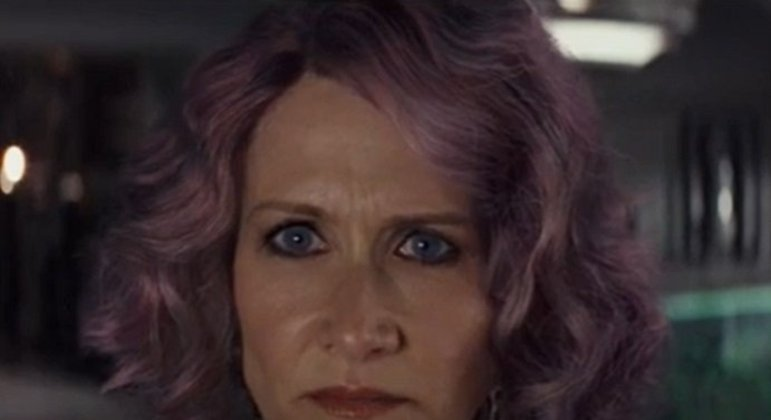Nome do personagem: Vice Almirante Holdo - Filme: Os Últimos Jedi (2017) - Humana amiga de Leia Organa, quem conheceu enquanto atuava no Senado Imperial. Se sacrificou para ajudar na fuga de membros da Resistência com uma manobra de nave que acabou ganhando seu nome.